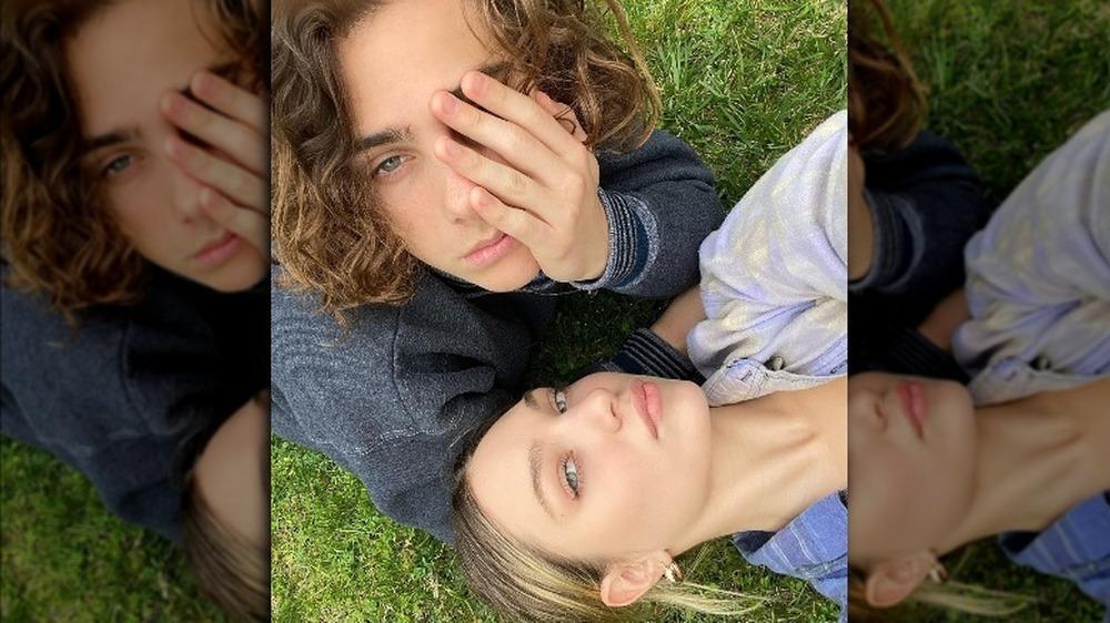 Maddie Ziegler y Eddie Benjamin posan para una selfie en Instagram