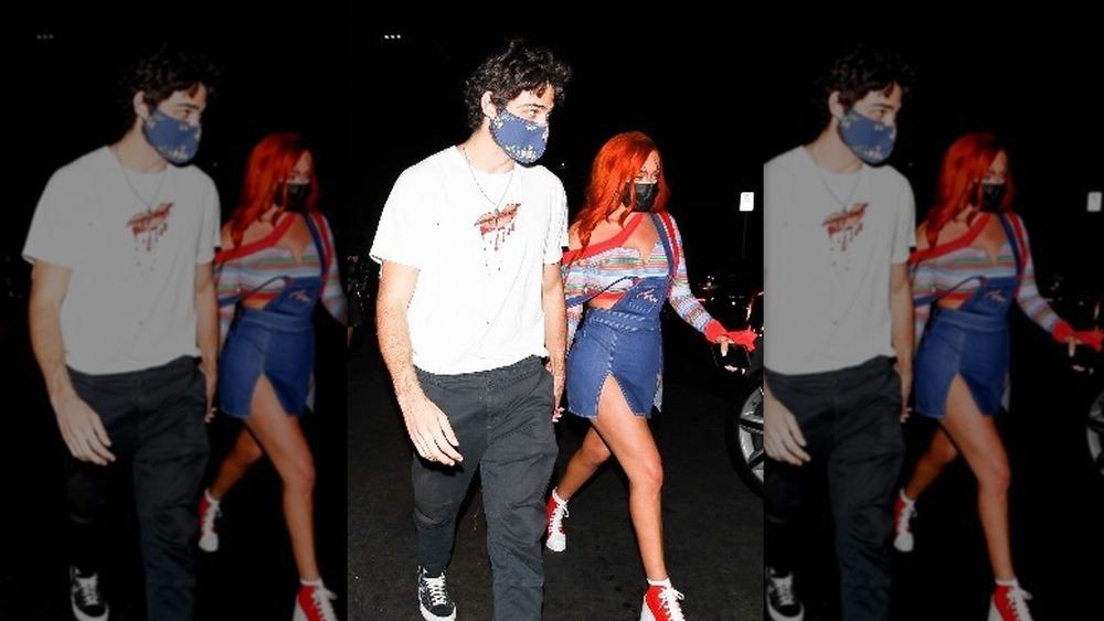 Noah Centineo y Stassie Karanikolaou tomados de la mano en una fiesta de Halloween