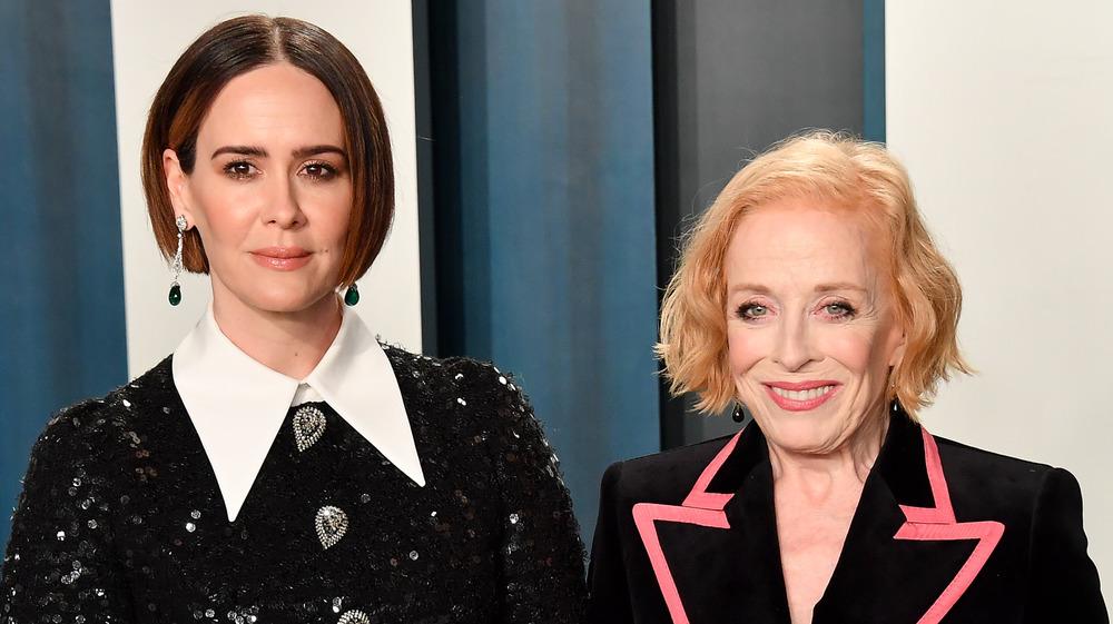Sarah Paulson y Holland Taylor sonriendo en la fiesta de los Oscar de Vanity Fair 2020
