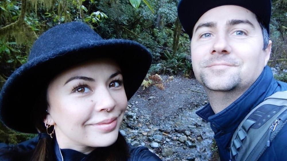 Janel Parrish y Chris Long posando para una selfie en Instagram
