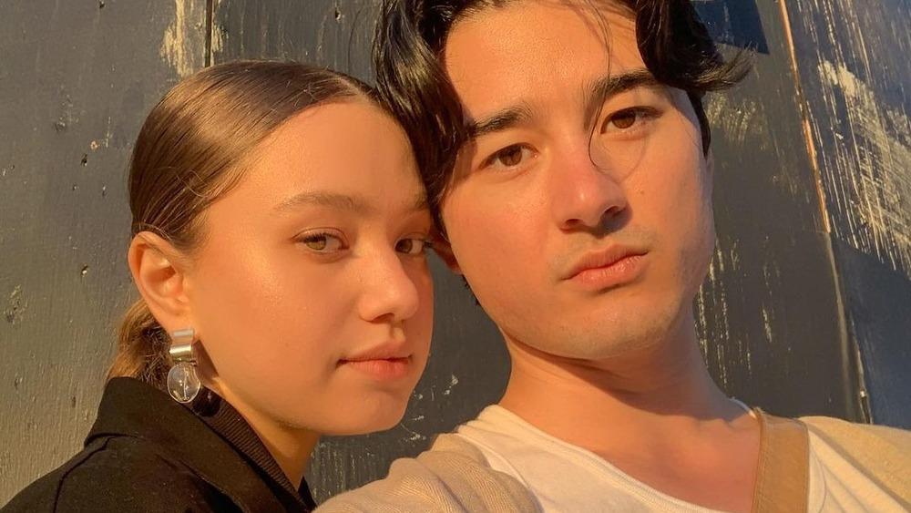 Emilija Baranac e Issey Lamb posan para una selfie en Instagram