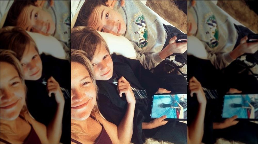 Kate Hudson y sus hijos posando para una selfie
