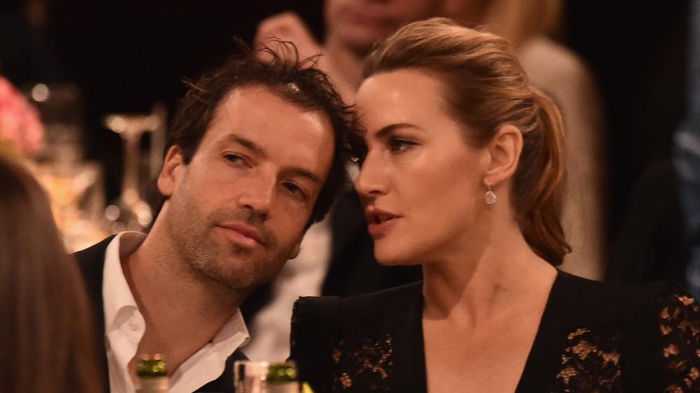 Kate Winslet susurrando al oído de su marido Ned Rocknroll