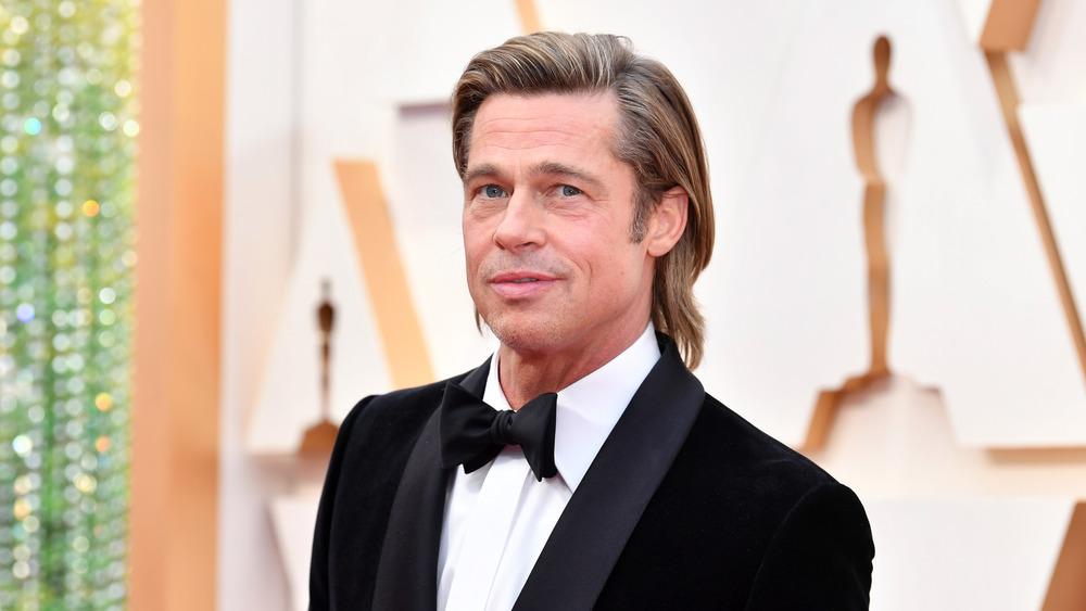 Brad Pitt caminando por la alfombra roja de los Oscar