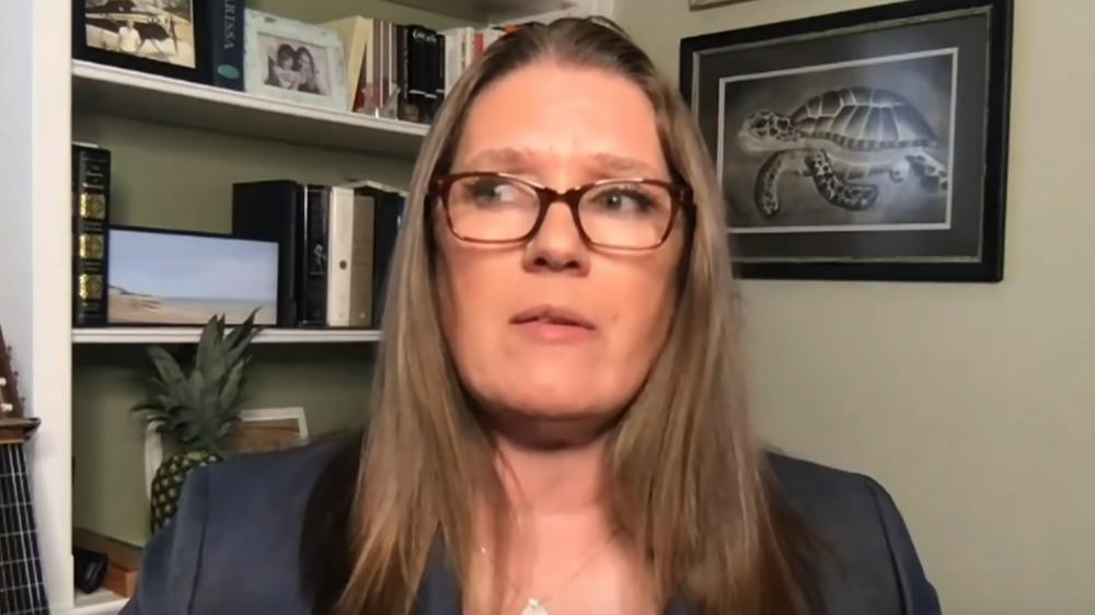 Mary Trump habla con Stephen Colbert
