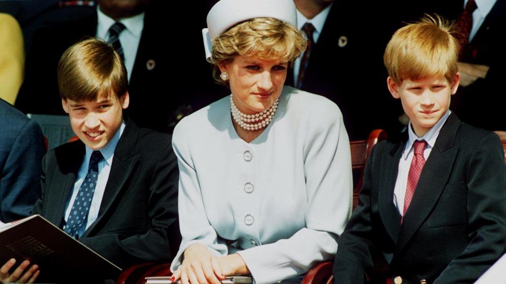 La princesa Diana sentada con Harry y William