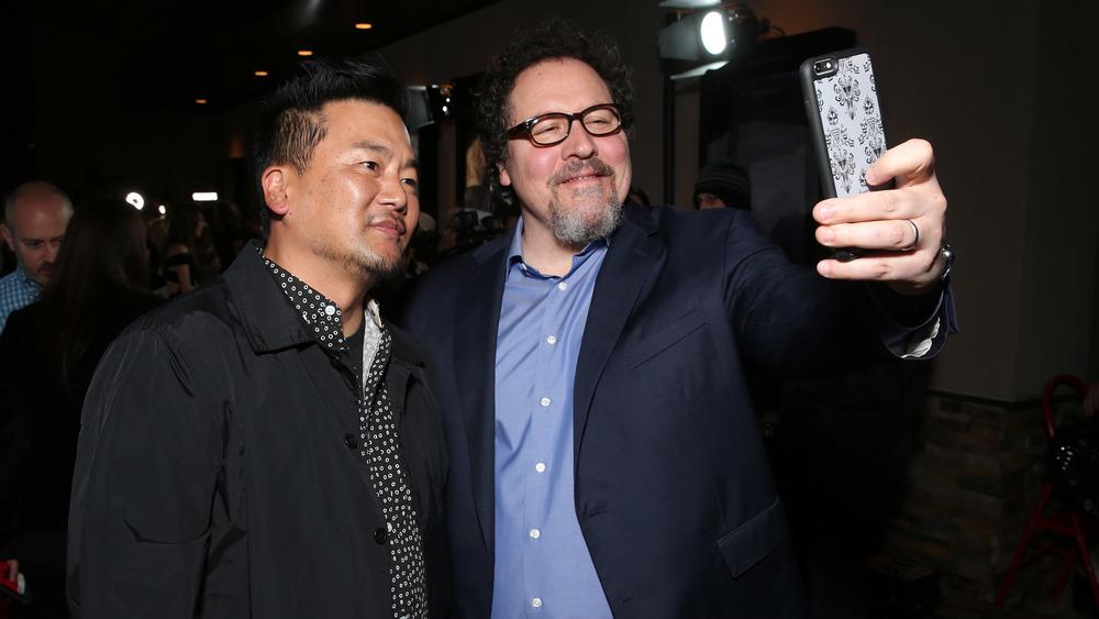 Roy Choi y Jon Favreau posando para una selfie