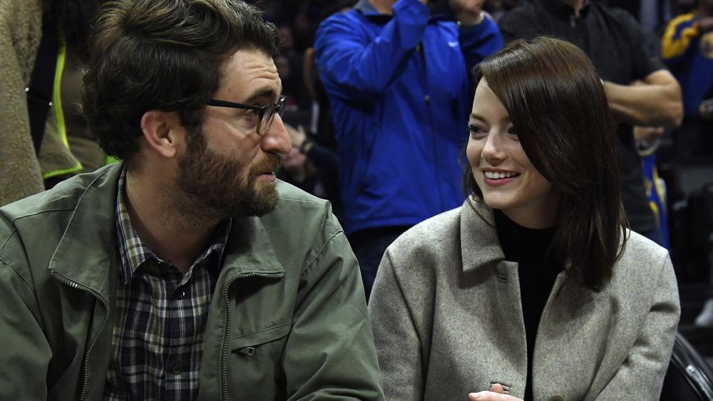 Dave McCary y Emma Stone se sientan junto a la cancha