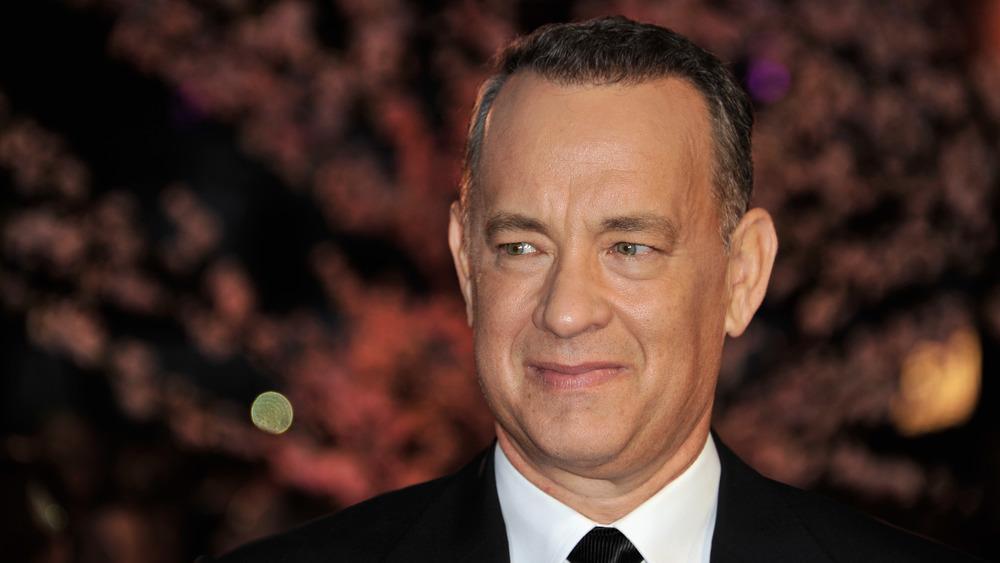 Tom Hanks sonriendo y posando en un evento