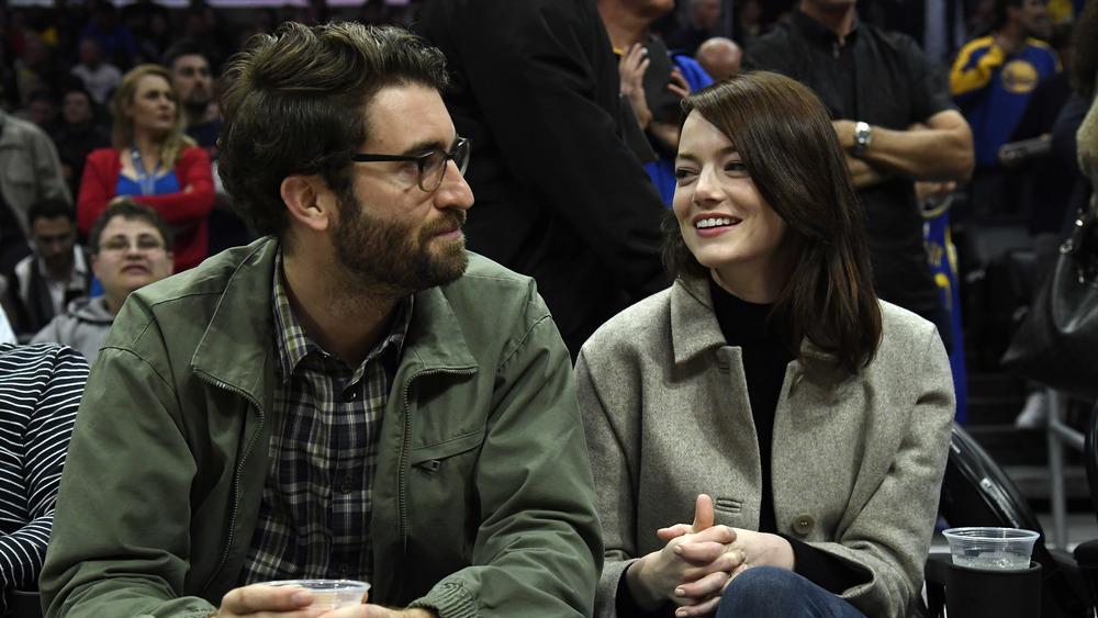 Emma Stone y Dave McCary en un evento deportivo