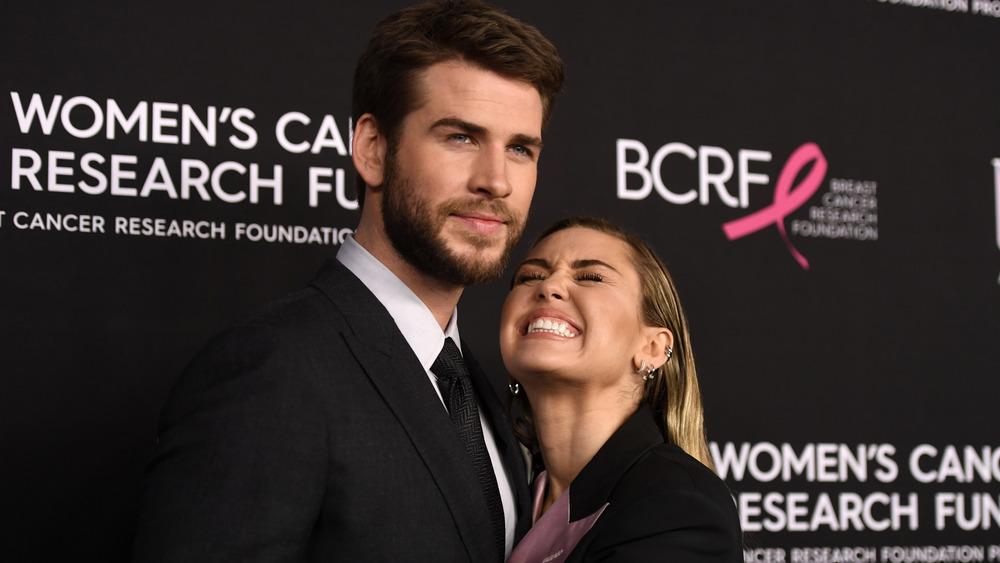 Liam Hemsworth abrazando a Miley Cyrus