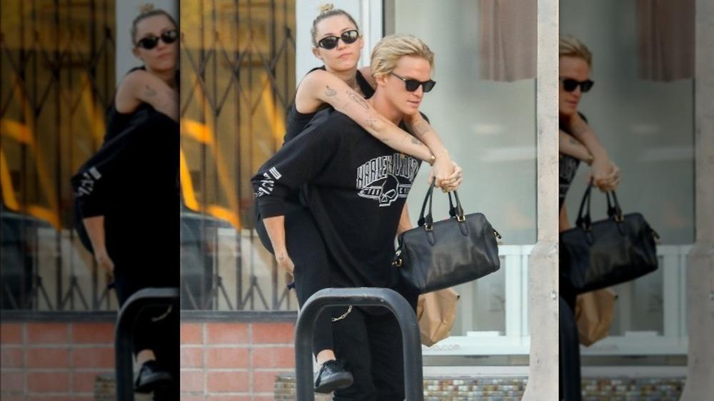 Miley Cyrus monta a cuestas de su novio Cody Simpson