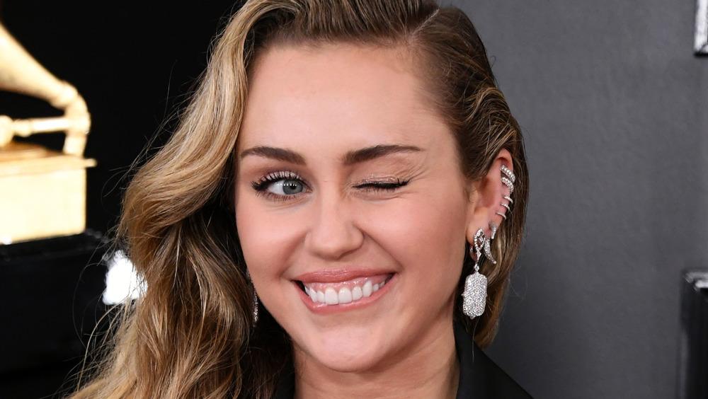 Miley Cyrus guiñando un ojo