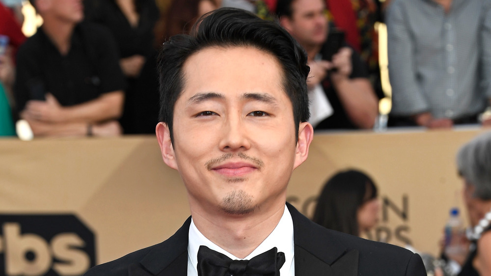 Steven Yeun sonriendo