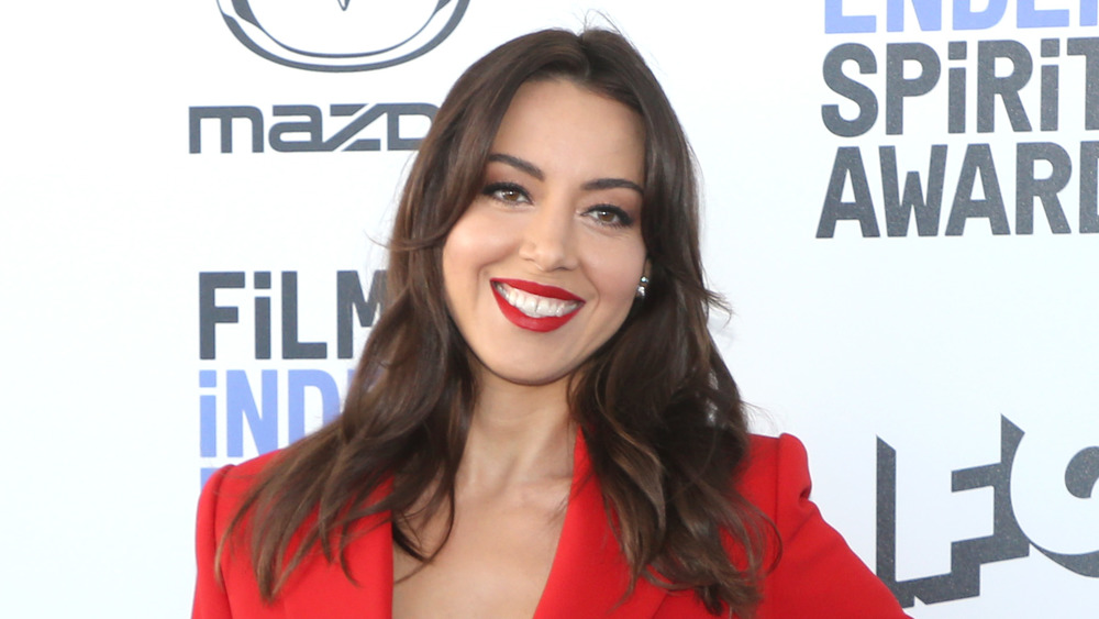 Aubrey Plaza sonriendo