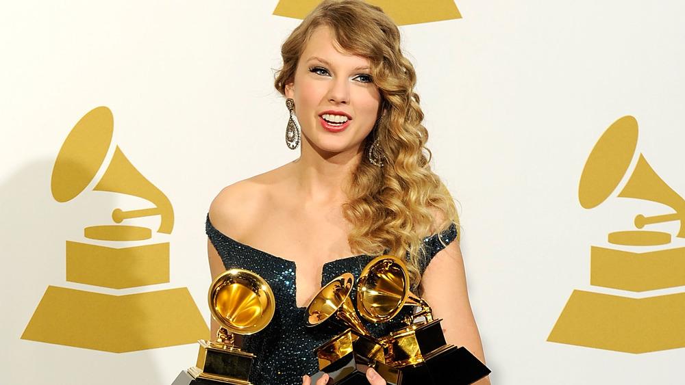 Taylor Swift sonriendo a los Grammy