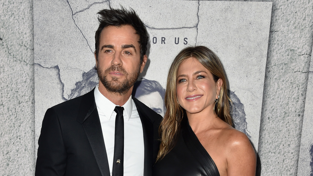 Justin Theroux y Jennifer Aniston visten de negro en un evento