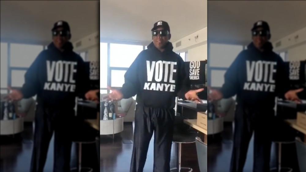 Dennis Rodman mostrando su camiseta de Vote Kanye en Instagram