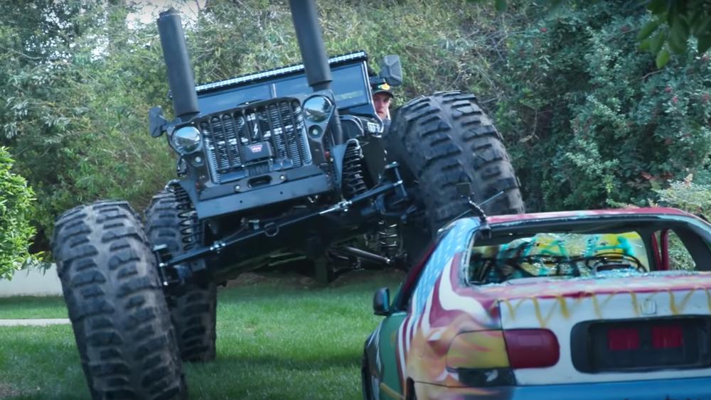 Jake Paul aplasta un auto con su vehículo apocalíptico