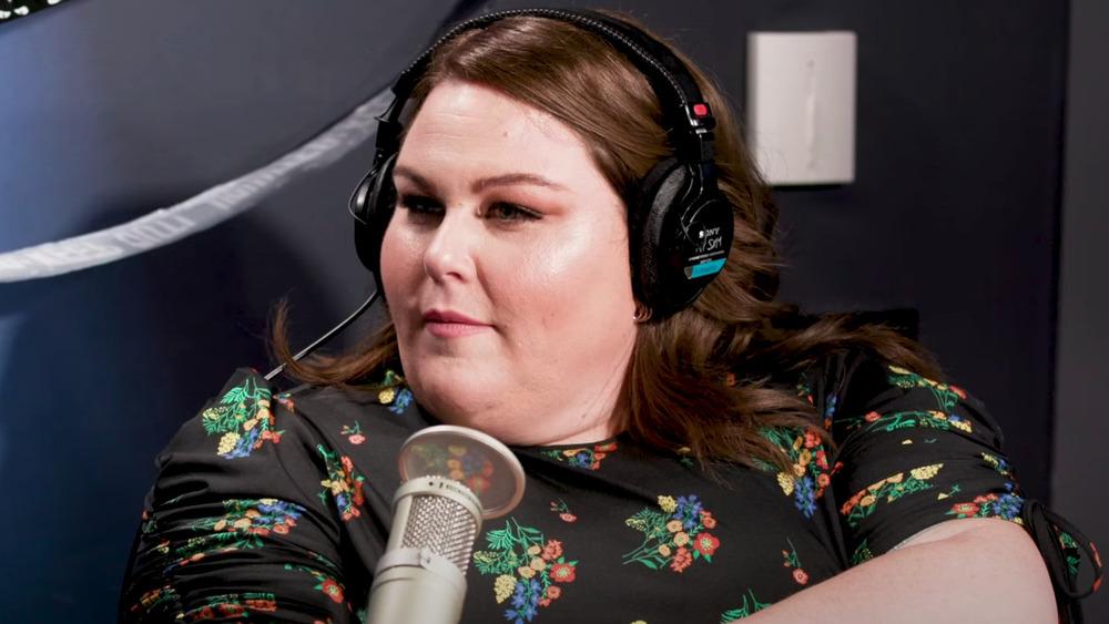 Chrissy Metz al micrófono para una entrevista de radio