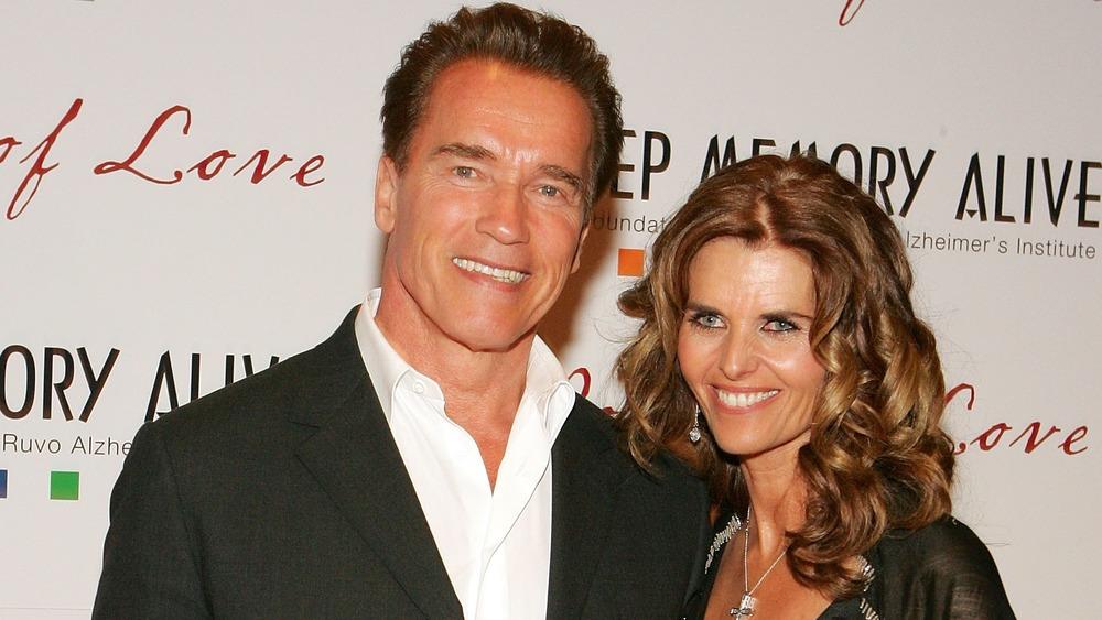 Arnold Schwarzenegger y Maria Shriver sonriendo