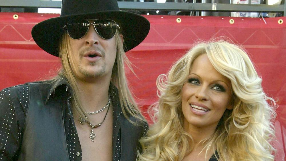 Kid Rock y Pamela Anderson abrazados en una alfombra roja