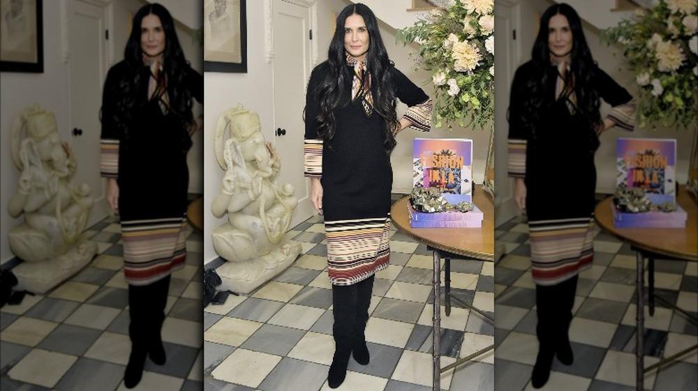 Demi Moore dentro de una mansión