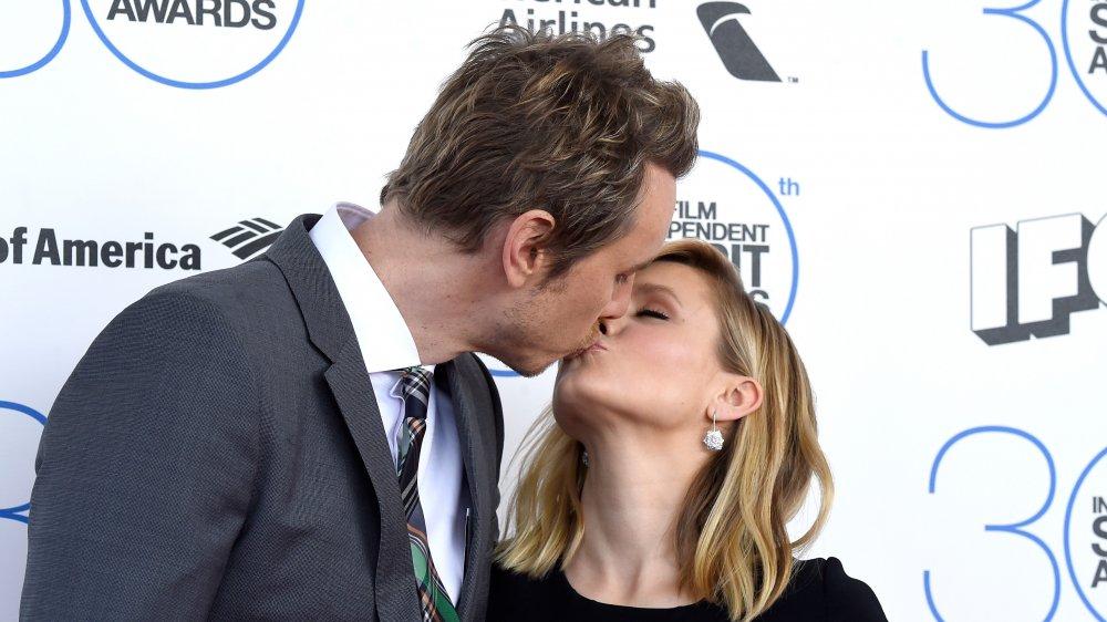 Kristen Bell y Dax Shepard besándose