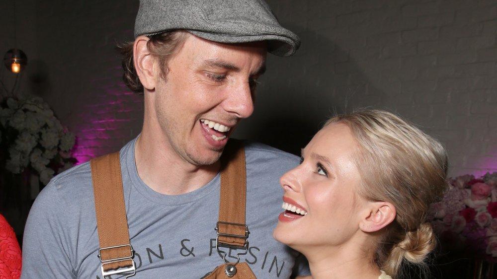 Dax Shepard y Kristen Bell riendo y sonriendo el uno al otro
