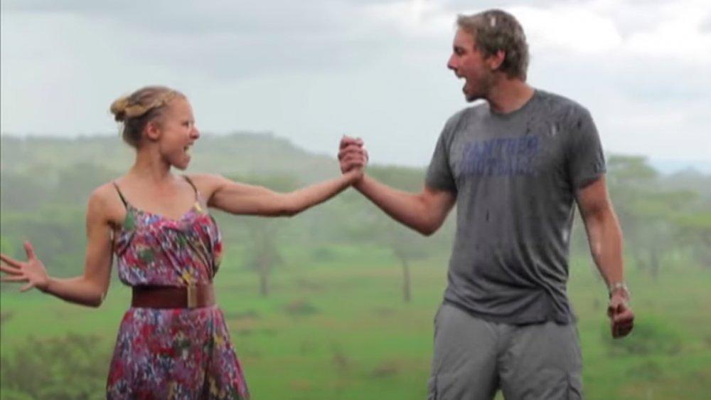 Dax Shepard y Kristen Bell en África, tomados de la mano bajo la lluvia