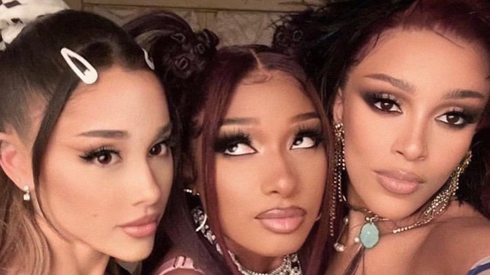 Ariana Grande, Megan Thee Stallion, Dojo Cat tomando selfie
