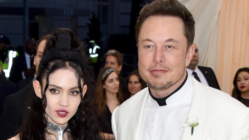 Grimes y Elon Musk posando en la Met Gala 2018