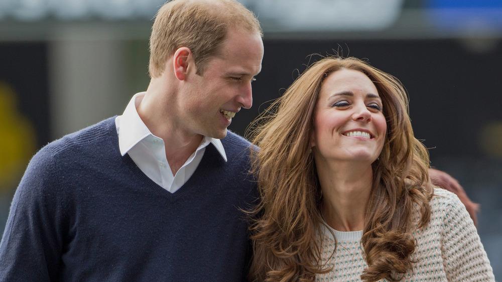 El príncipe William mirando a Kate Middleton