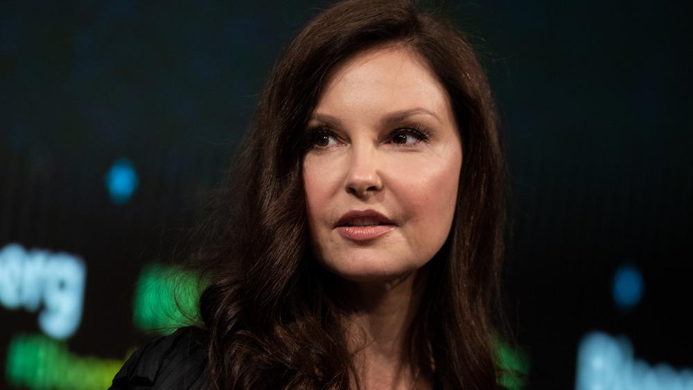 Ashley Judd hablando en un evento