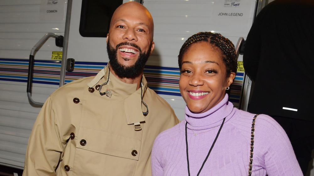 Tiffany Haddish y Common sonriendo