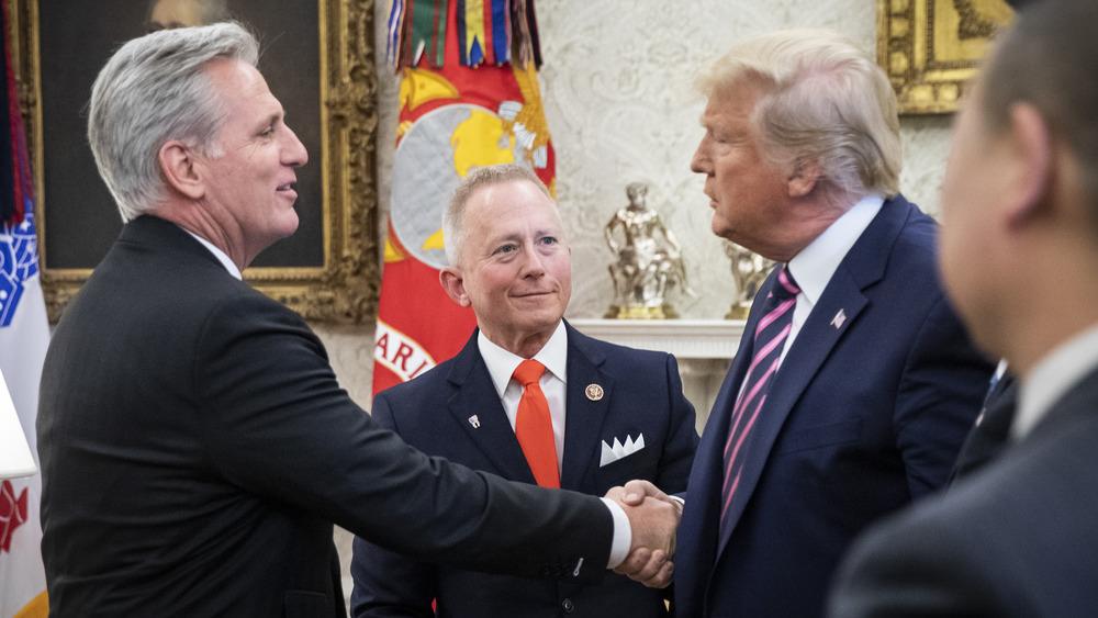 Kevin McCarthy y Donald Trump se dan la mano