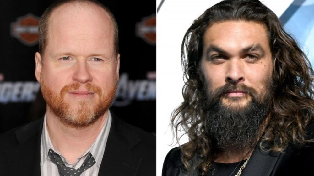 Joss Whedon sonriendo y Jason Momoa serio