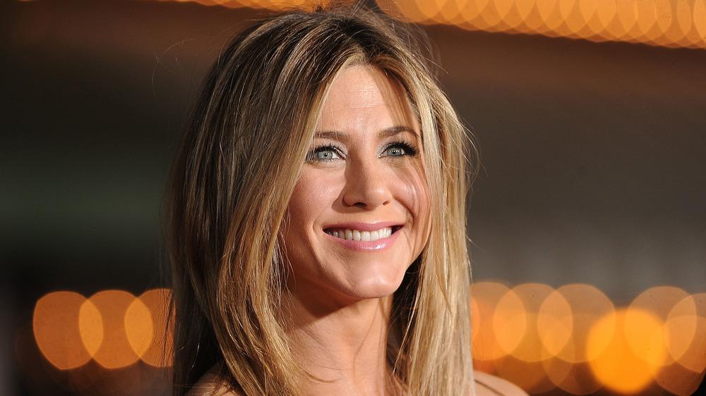 Jennifer Aniston sonriendo en un evento