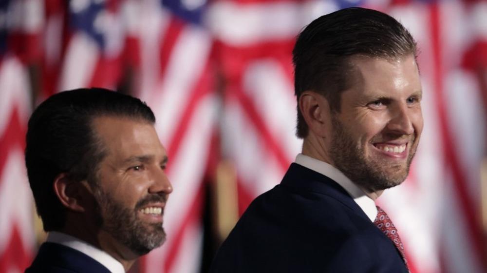 Donald Trump Jr y Eric Trump sonriendo