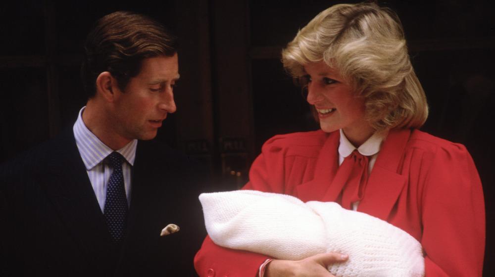 El príncipe Carlos y la princesa Diana abandonan el hospital con el príncipe Harry en 1984