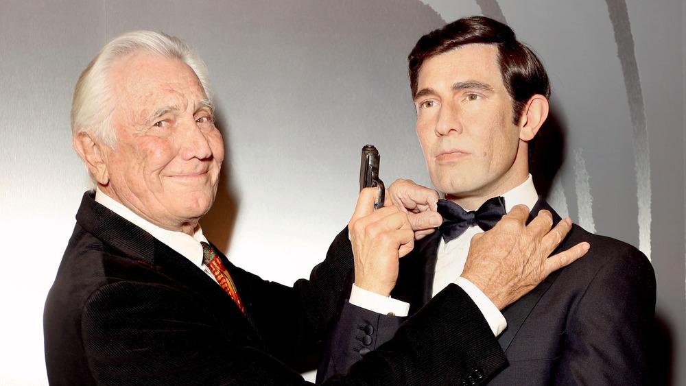 George Lazenby posa con su cera de James Bond