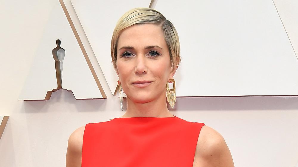 Kristen Wiig posa en la alfombra roja de los Oscar 2020