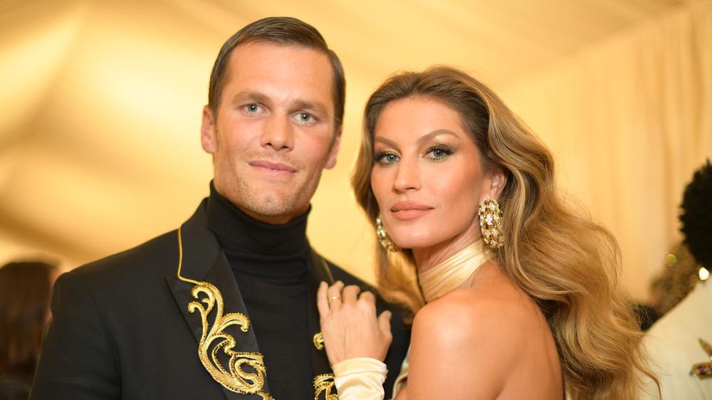 Tom Brady y Gisele Bundchen sonriendo en la Gala MET