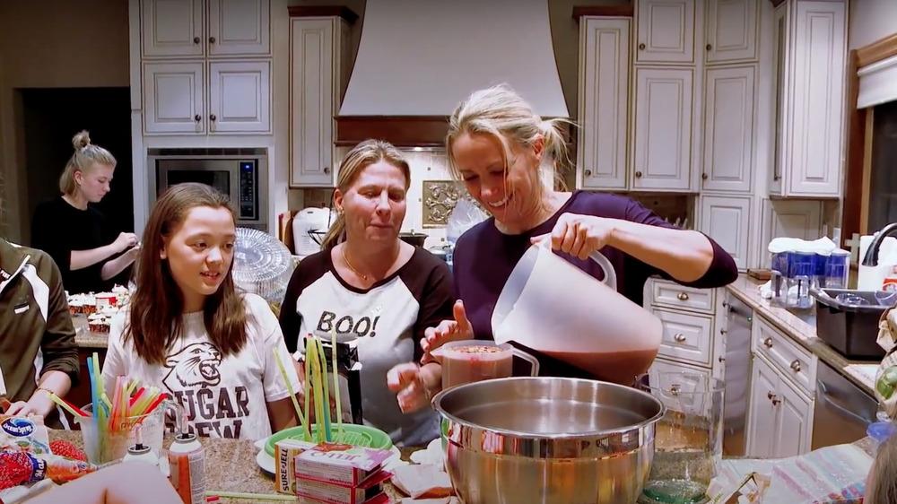 Kate Gosselin, sus hijas y amigos preparan cupcakes en su casa de Pensilvania