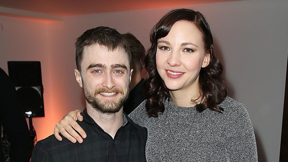 Daniel Radcliffe y Erin Darke sonriendo