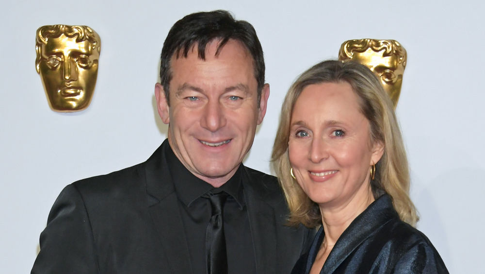 Jason Isaacs y Mary Hewitt sonriendo