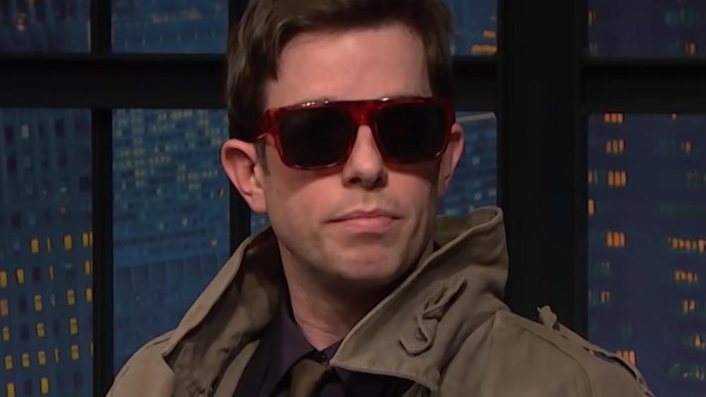 John Mulaney con gafas de sol