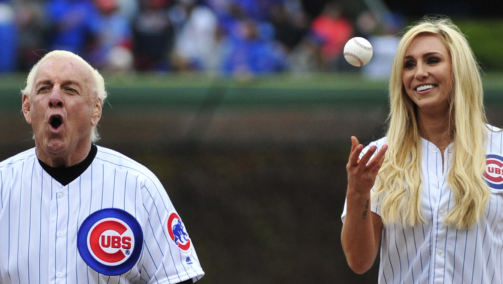 Ric Flair y Charlotte Flair en un juego de béisbol