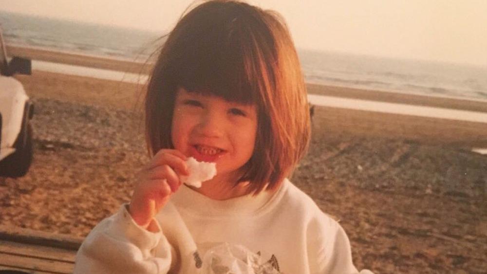 Bonnie Wright en la playa cuando era niña