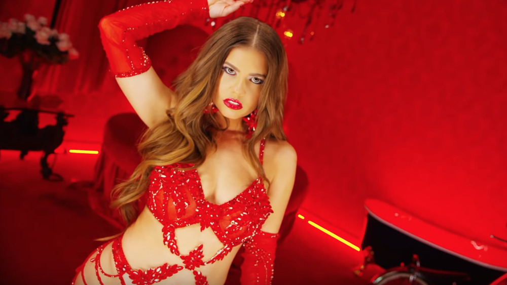 "Chanel West Coast baila en lencería roja en su video musical de ""I Want You"""